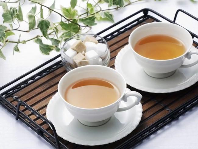dwie filiżanki herbaty z cukrem