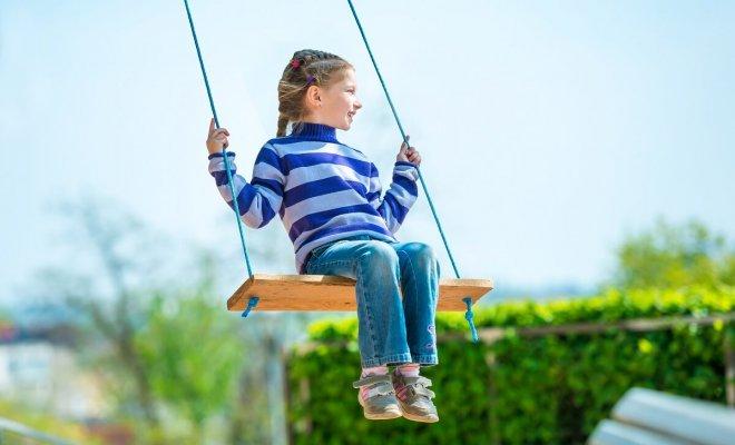 : Huśtawka dla dzieci na wsi