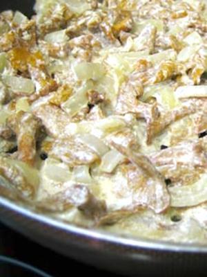 Jak gotować kurki z ziemniakami w śmietanie
