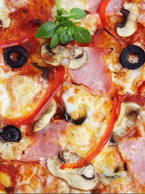 Domowa pizza z szynką i grzybami