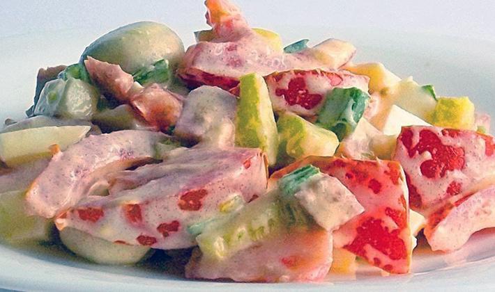 Pyszne sałatki z kurczakiem i grzybami, pieczarki