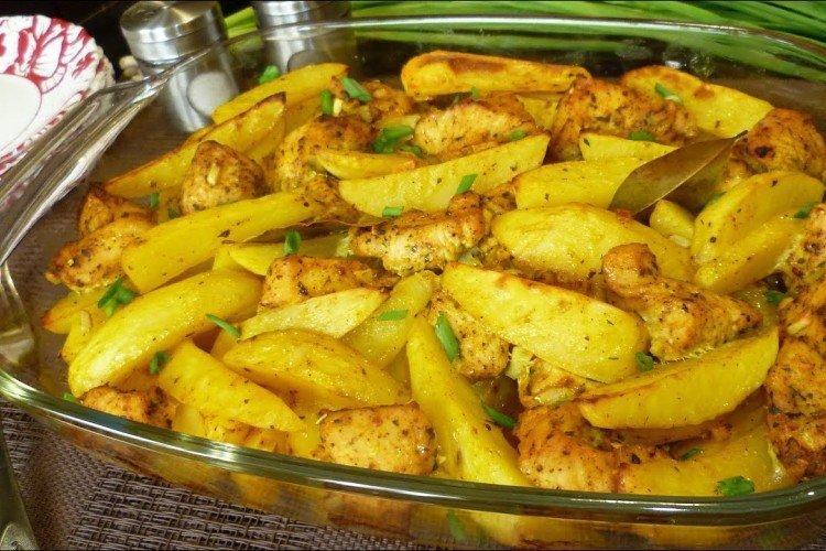 Indyk z ziemniakami w naczyniu do pieczenia