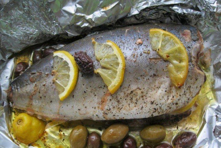 Tuńczyk z cytryną i ziołami w piekarniku