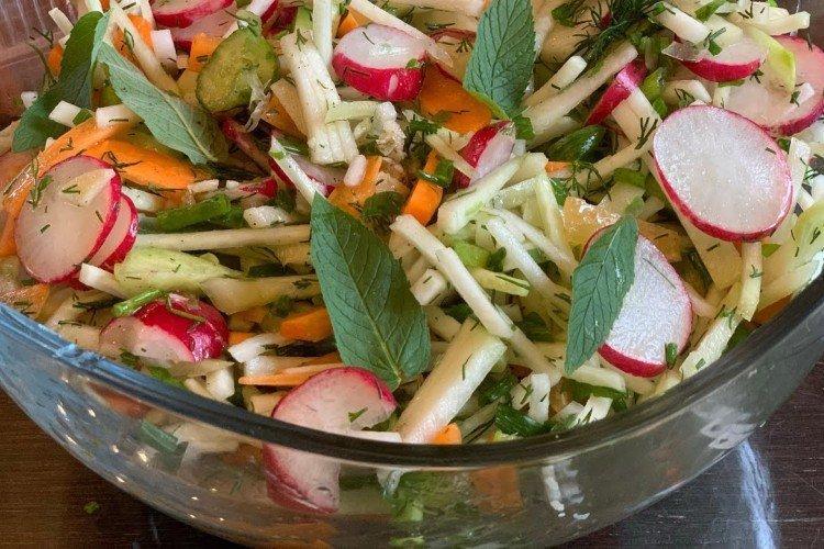 Sałatka ze świeżej kapusty, marchewki i szpinaku