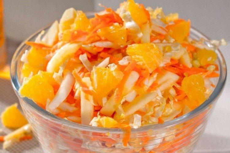 Sałatka ze świeżej kapusty, marchewki i pomarańczy