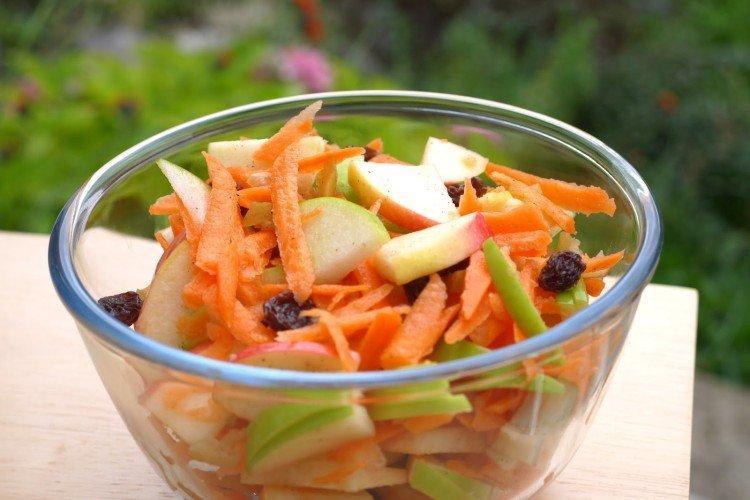Sałatka ze świeżej kapusty, marchewki i rodzynek