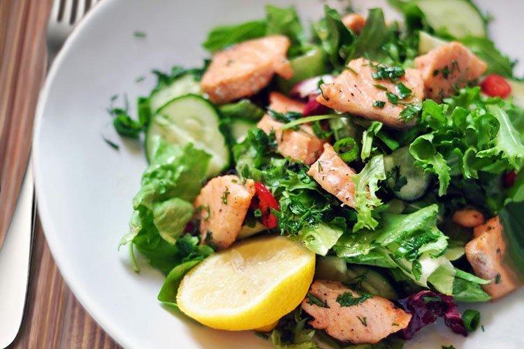 Sałatka ze smażonej ryby i szpinaku
