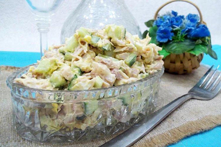 Sałatka z kurczakiem, ogórkiem i serem