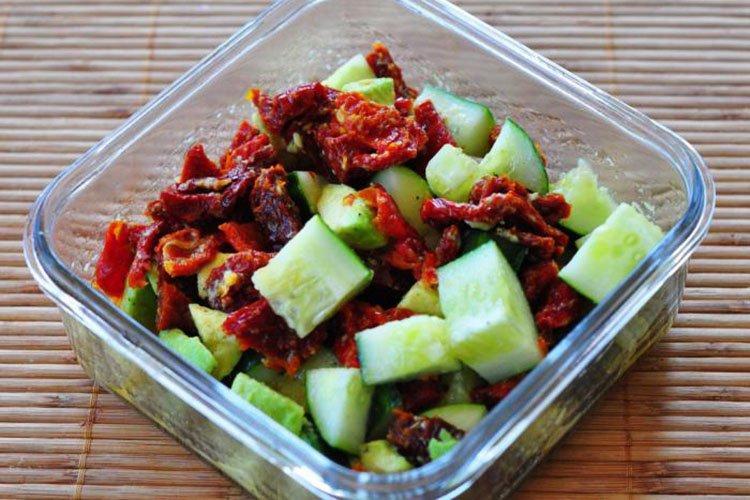 Sałatka z ogórkami i suszonymi pomidorami