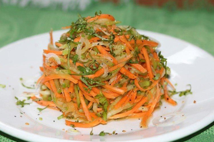 Sałatka z rzodkwi z marchewką i orzechami włoskimi