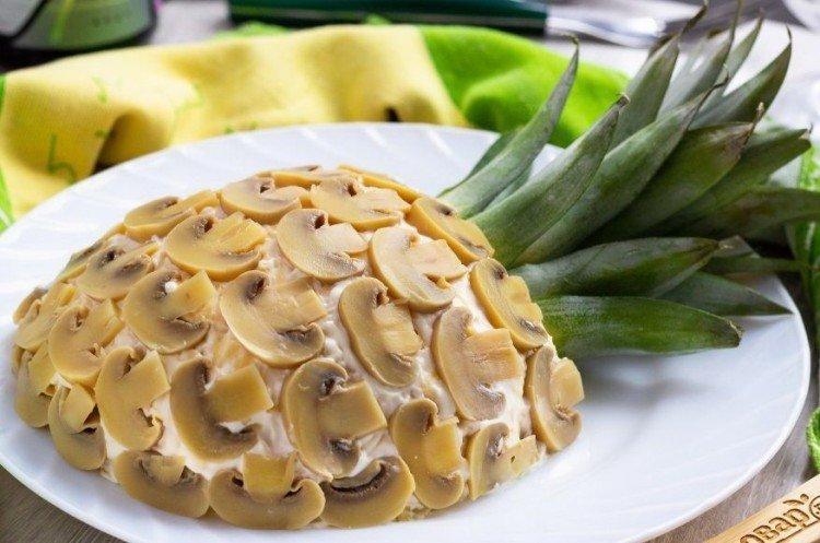 Sałatka z kurczakiem, ananasem i grzybami - przepisy kulinarne