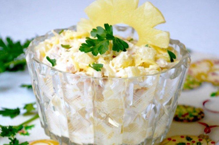 Sałatka z kurczaka z ananasem i ziemniakami - przepisy kulinarne