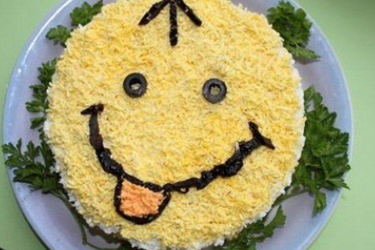 Sałatka z kapustą, kurczakiem i ananasem Smiley - przepisy kulinarne